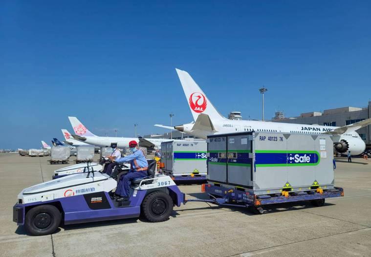 日本政府捐助台灣的疫苗總共兩櫃,下午抵達桃園機場。記者鄭超文/攝影