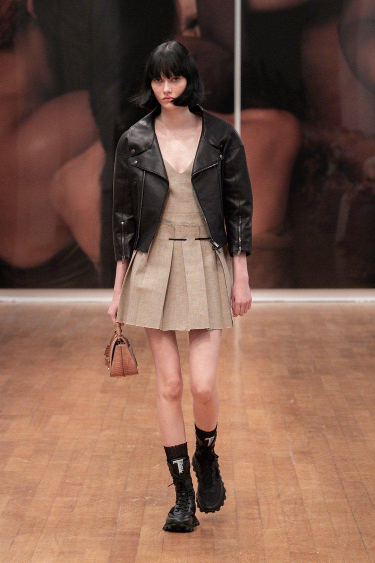 機車騎士外套和連身百摺短裙,完美調和了甜美和自信叛逆。圖 / TOD'...
