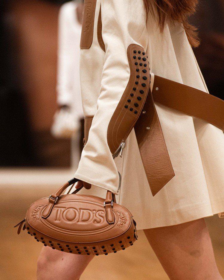 2021春夏時從豆豆鞋底延伸至包款的設計,今年更「蔓延」至騎士外套手肘補丁等不同...