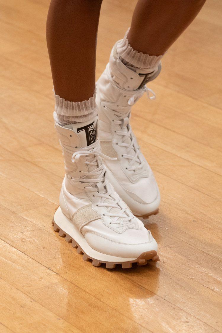 厚底、綁帶、高筒的運動鞋,儼然令人聯想到拳擊手的靈巧活力。圖 / TOD...