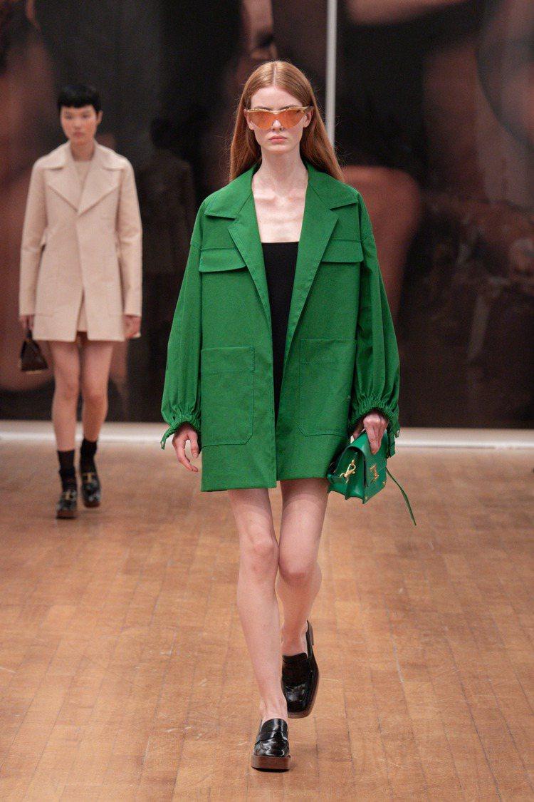 顏色鮮明飽滿的長外套,讓身形從線條結構中自由解放。圖 / TOD'S提...