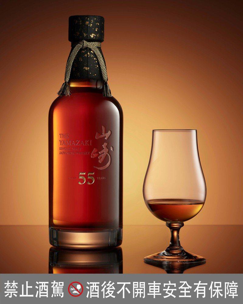 山崎55年單一麥芽日本威士忌,散發檀香木和熟成水果的馥郁香氣,餘韻甘甜而豐富。圖/台灣三得利提供。提醒您:禁止酒駕 飲酒過量有礙健康。