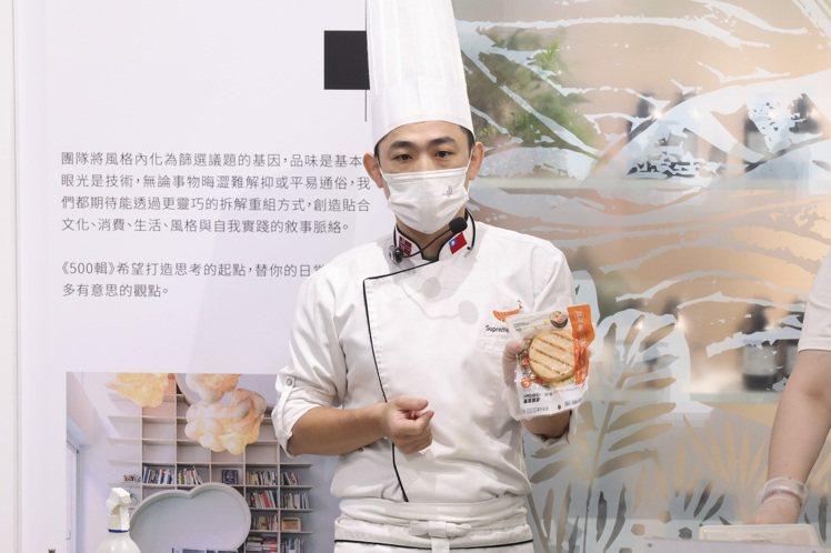 美威鮭魚研發主廚曾柏山手上的香烤鮭魚排在7-11有銷售,是蛋白質攝取的便利選項之...