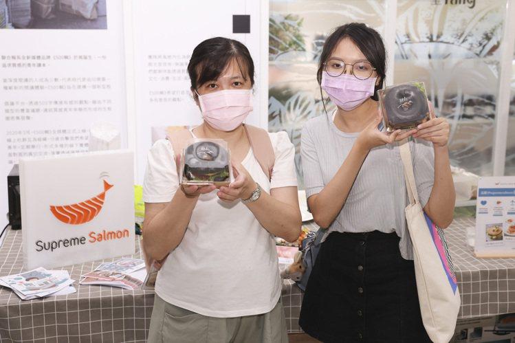 參加的民眾可以獲得「梅香烤鮭魚沙拉黑貝果」。記者王聰賢/攝影