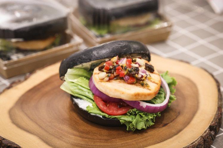 引用台灣食材發揮創意醬汁的「梅香烤鮭魚沙拉黑貝果」。記者王聰賢/攝影