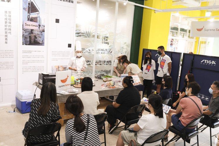 500案內所的「『美威鮭魚X好丘』:懶人料理廚藝教室」。記者王聰賢/攝影