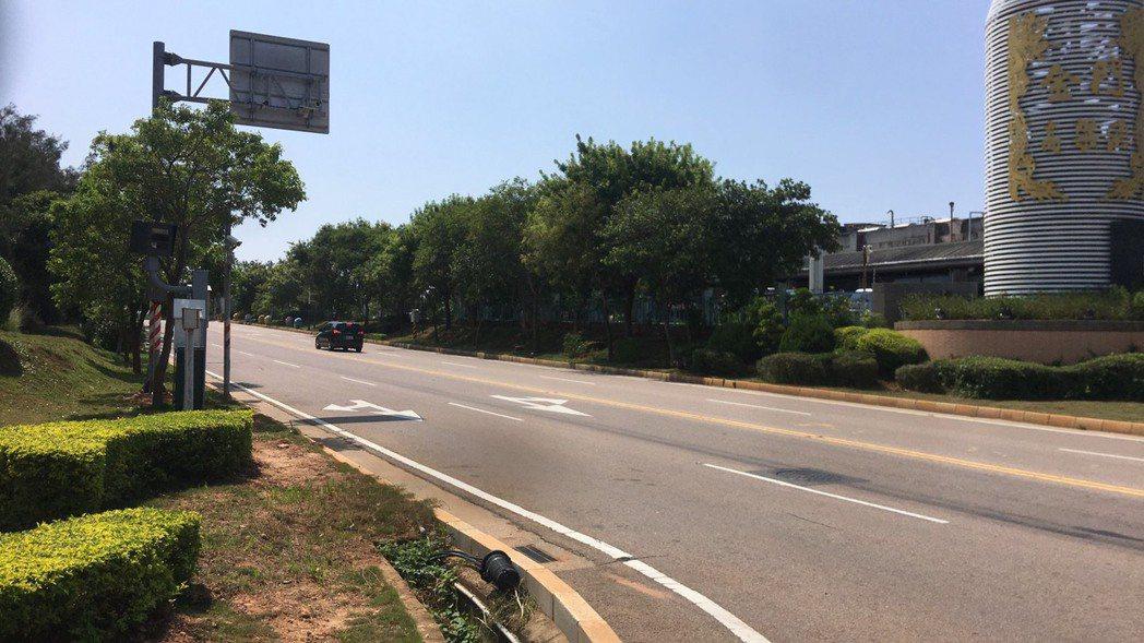 金門縣警局交通隊已在金門酒廠前,也就是桃園路盤果路口,加裝一台秘密武器~闖紅燈、...
