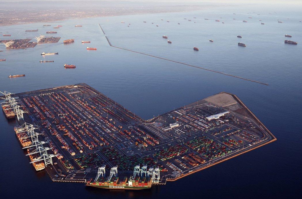 作為中國大陸發來貨物的主要入口,美國西岸港口8月後一直面臨交通堵塞問題。法新社