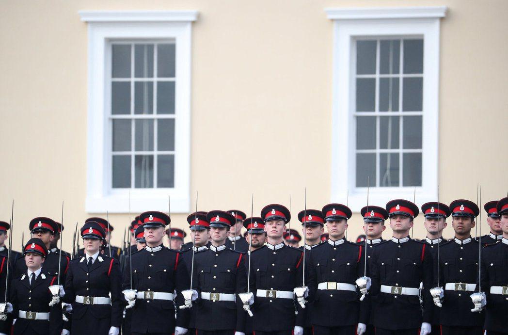 威廉與哈利王子都曾就讀過桑德赫斯特皇家軍事學院,竟爆出21歲女學員珀克斯和男教官...