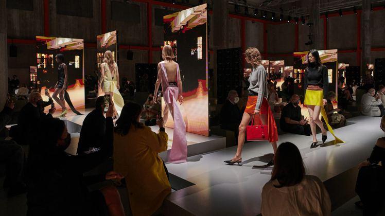 透過平行空間以影射當下現世,PRADA 2022春夏女裝罕見地在米蘭與上海雙城同...