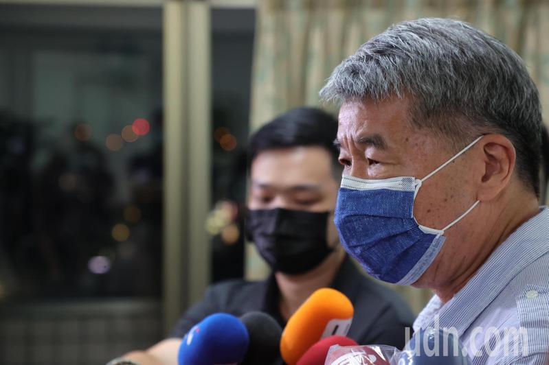 國民黨主席候選人張亞中(右)發表敗選感言,呼籲找回黨魂。記者葉信菉/攝影