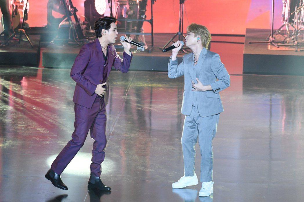 陳零九(左)與邱鋒澤今於第56屆廣播金鐘頒獎典禮獻唱經典歌串燒。圖/三立電視提供