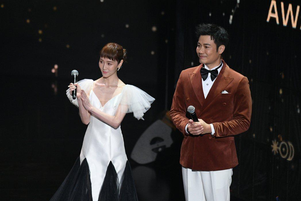 劉傑中(右)與瑪麗今攜手主持第56屆廣播金鐘獎頒獎典禮。圖/三立電視提供