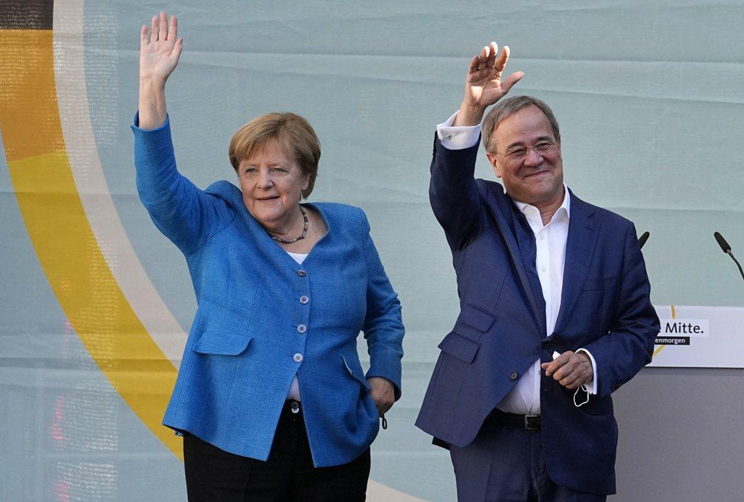 德國總理梅克爾(左)25日來到黨內接棒者拉謝特(右)家鄉、選區和現居地西部邊境城...