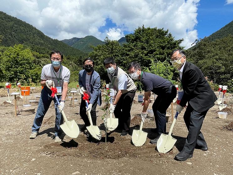 和泰汽車9月23日於武陵農場舉辦「TOYOTA 一車一樹植樹造林啟動儀式」,共同...