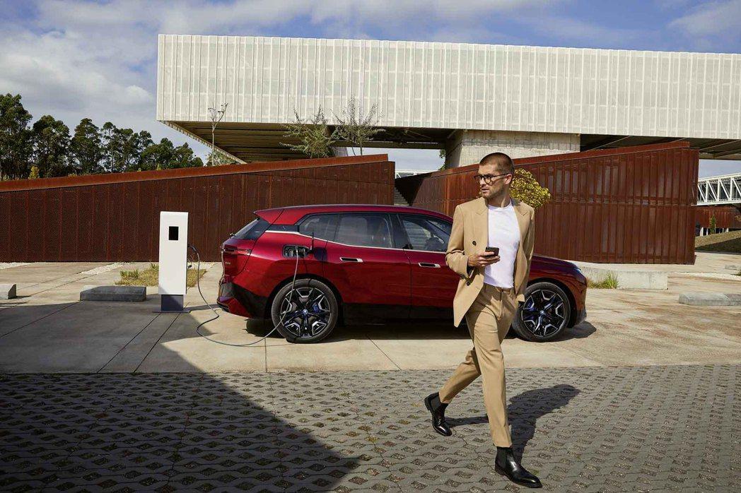 BMW率先於iX與i4導入BMW手機數位鑰匙2.0功能,透過全新UWB超寬頻技術...