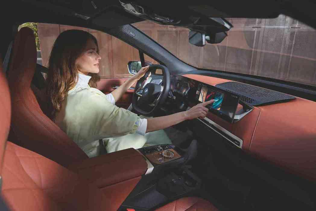 BMW iX與i4全新一體式曲面螢幕,融入iDrive 8人機互動介面,充滿藝術...