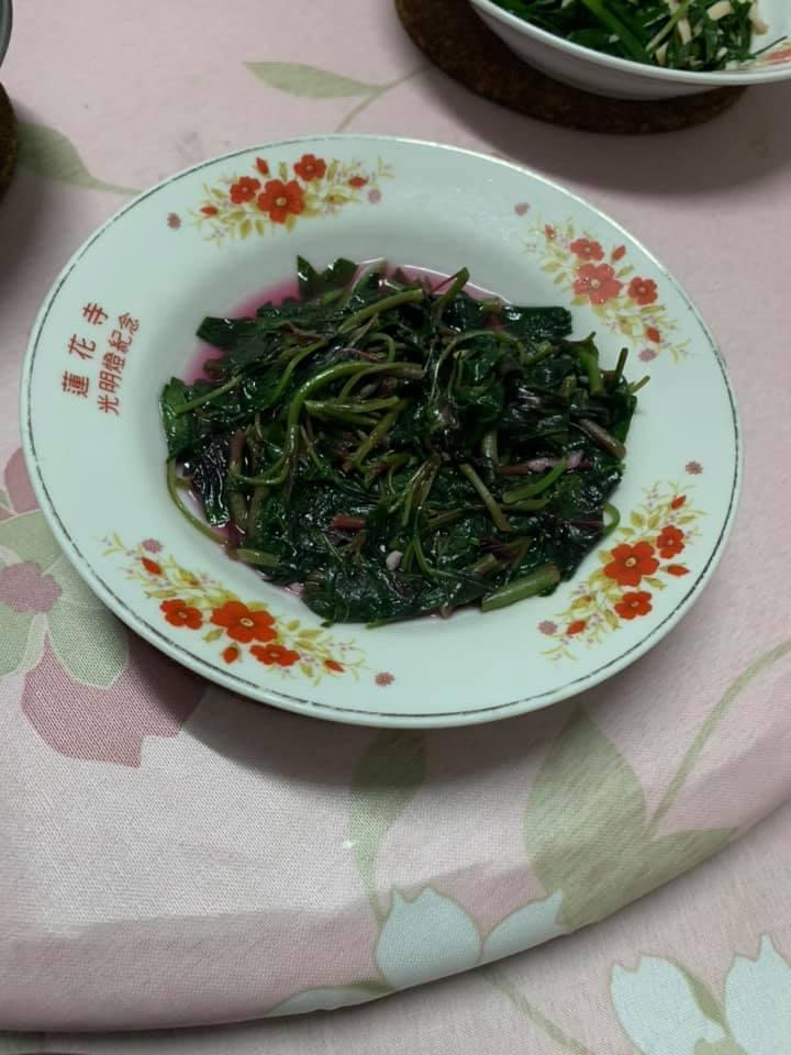 一名女網友好奇為何紅鳳菜不能在晚上吃,貼文一出就有內行人提出解釋。 圖/翻攝自臉書「家常菜」