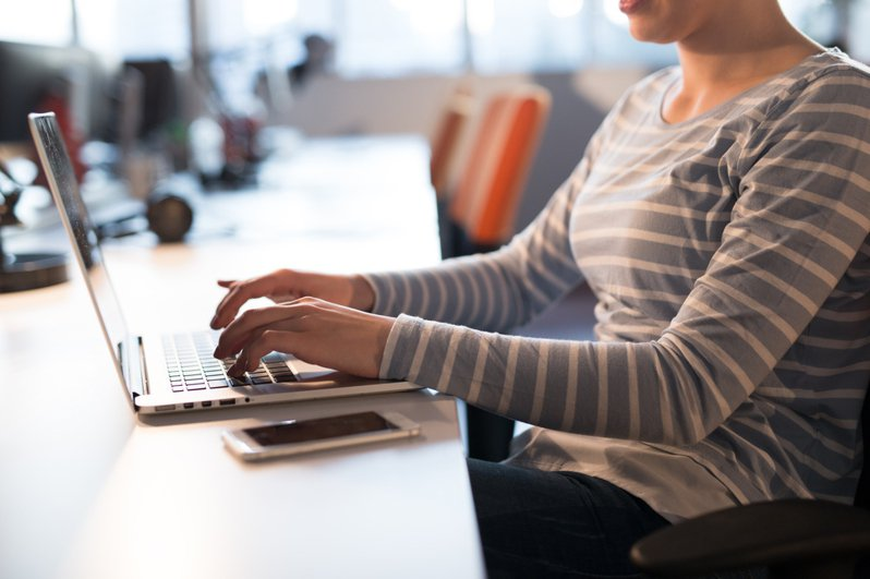 一名女網友PO文表示,不小心瞄到同事的薪水,竟然比自己多3000元,讓她心裡有點不平衡,引發網友熱烈討論。圖/ingimage