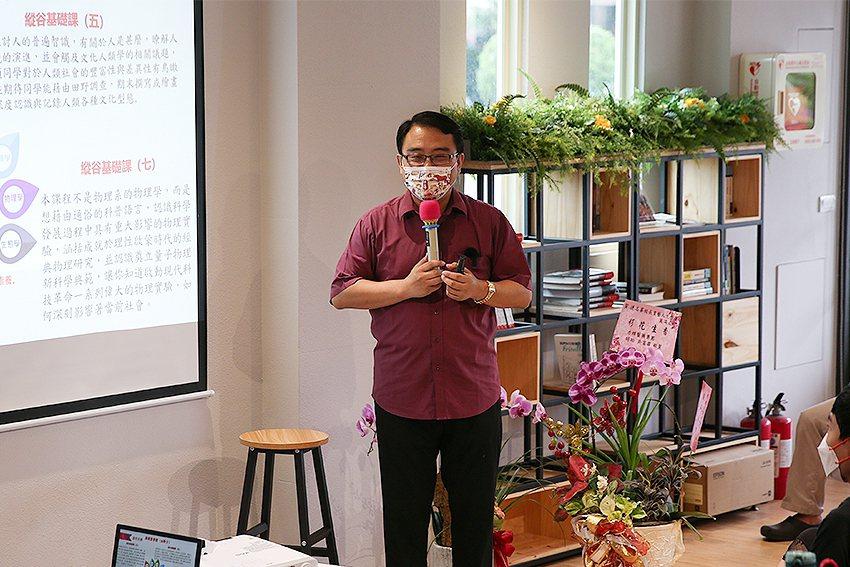 東華共同教育委員會主委陳復教授介紹縱谷跨域書院。 東華大學/提供