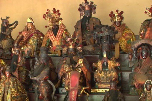 嘉義縣梅山鄉玉虛宮的行宮鎮安宮,收容近百尊落難神像,各方神像齊聚一堂。 記者莊祖銘/翻攝