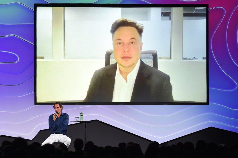 馬斯克(螢幕中)和艾爾康24日出席一場科技座談會,暢談對未來的科技的想法。路透