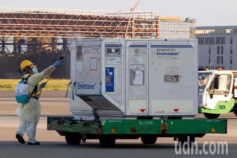 負責載運疫苗的BR66航班落地後,滑行停靠於503停機位,在完成貨艙的消毒作業後,並在機邊完成通關程序後,再運送到機邊進行消毒。記者季相儒/攝影