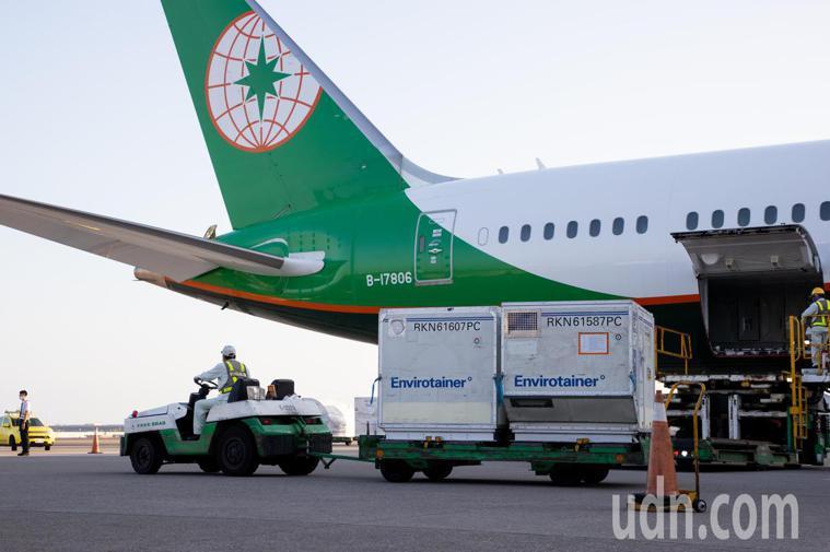 負責載運疫苗的BR66航班落地後,滑行停靠於503停機位,在完成貨艙的消毒作業後...