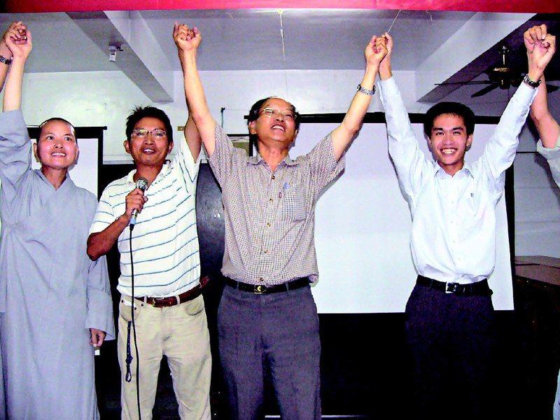 2009年9月26日,澎湖博弈公投未過關,當時的澎湖縣反賭場聯盟召集人林長興(右2)與聯盟成員舉手歡呼說:「這是澎湖人的勝利。」圖/聯合報系資料照片