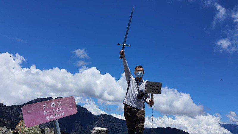 雪霸國家公園大劍山頂鐵劍,山友經常應景拍照紀念,去留最近引發熱議。圖/雪霸國家公園管理處提供