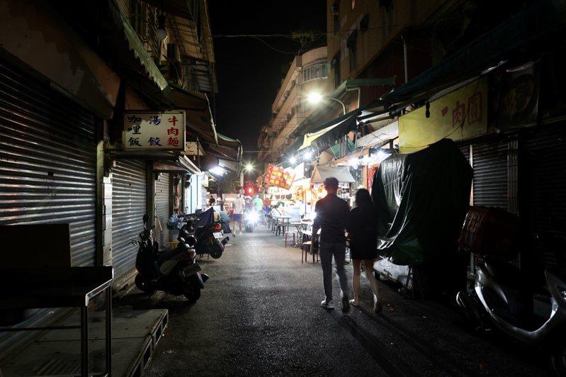 疫情影響,夜市周邊原本車水馬龍的小巷弄,許多小吃店家無法有足夠的空間提供內用,9點不到,早早關門打烊。記者林俊良/攝影