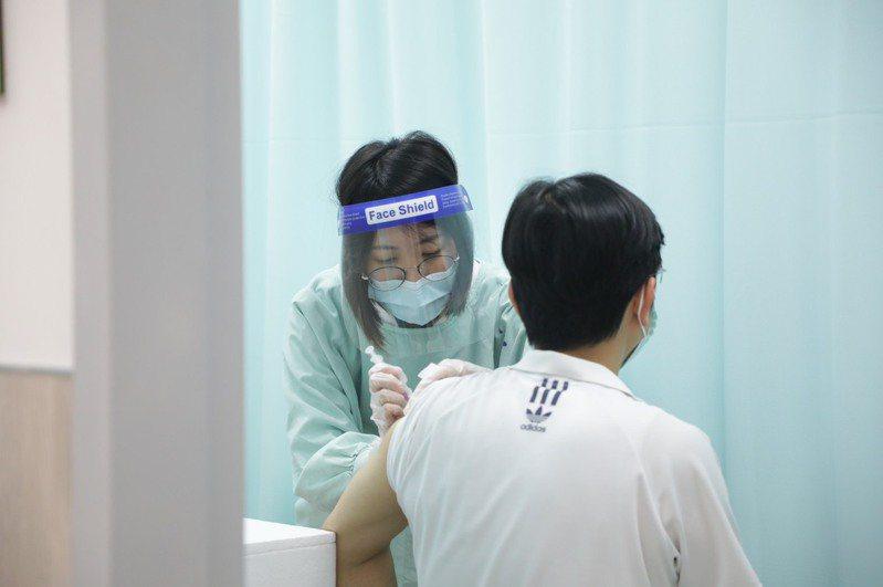 台中市日前出現少見的打了AZ疫苗,卻發生心肌炎副作用的案例,且患者還一度因心臟衰竭病危住進加護病房。圖/台中市政府提供