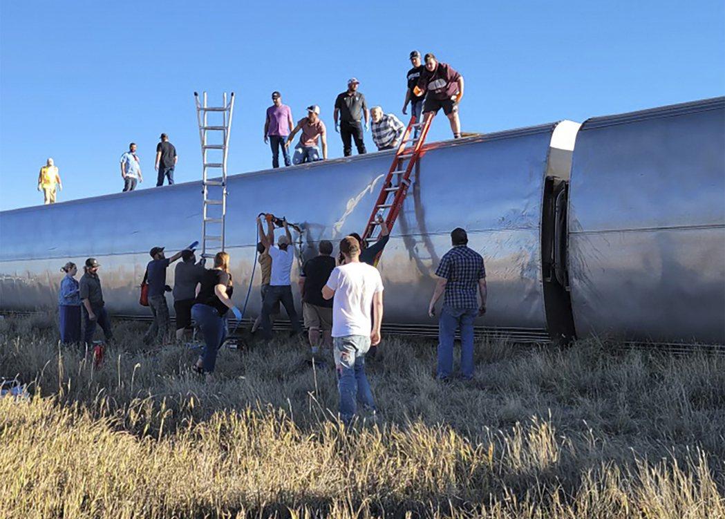 美國國家鐵路公司(Amtrak)一列火車25日在蒙大拿州喬普林(Joplin)附...