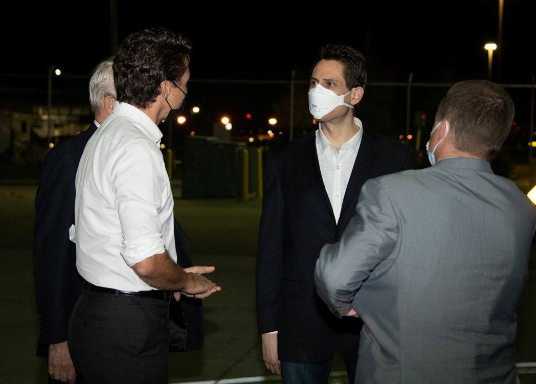 獲北京釋放的康明凱(右二)和史佩弗(右一)25日黃昏抵達卡加利機場,加拿大總理杜...