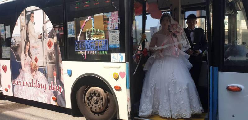 台中市今天有雙節公車司機租雙捷公車當禮車,新郎李思翰是雙節公車司機,今天換當乘客。記者游振昇/攝影