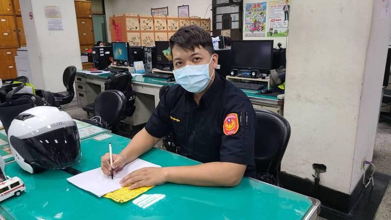 台南市警一分局德高派出所警員姜誠因手寫罰單,字跡工整娟秀,還有網友開玩笑說,為求他的字,寧願被他開罰單。記者黃宣翰/攝影