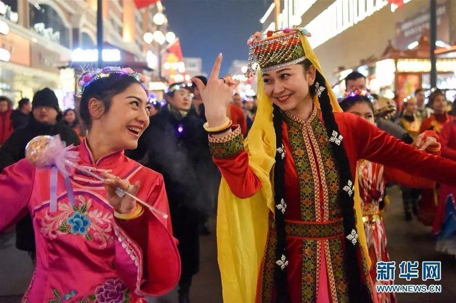 在新疆烏魯木齊大巴扎景區,演員表演民族歌舞。新華網