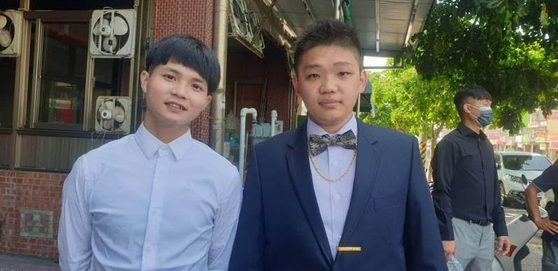 台中市雙捷公車司機李思翰(右)和同事又是高中同學蔡忠樺。記者游振昇/攝影