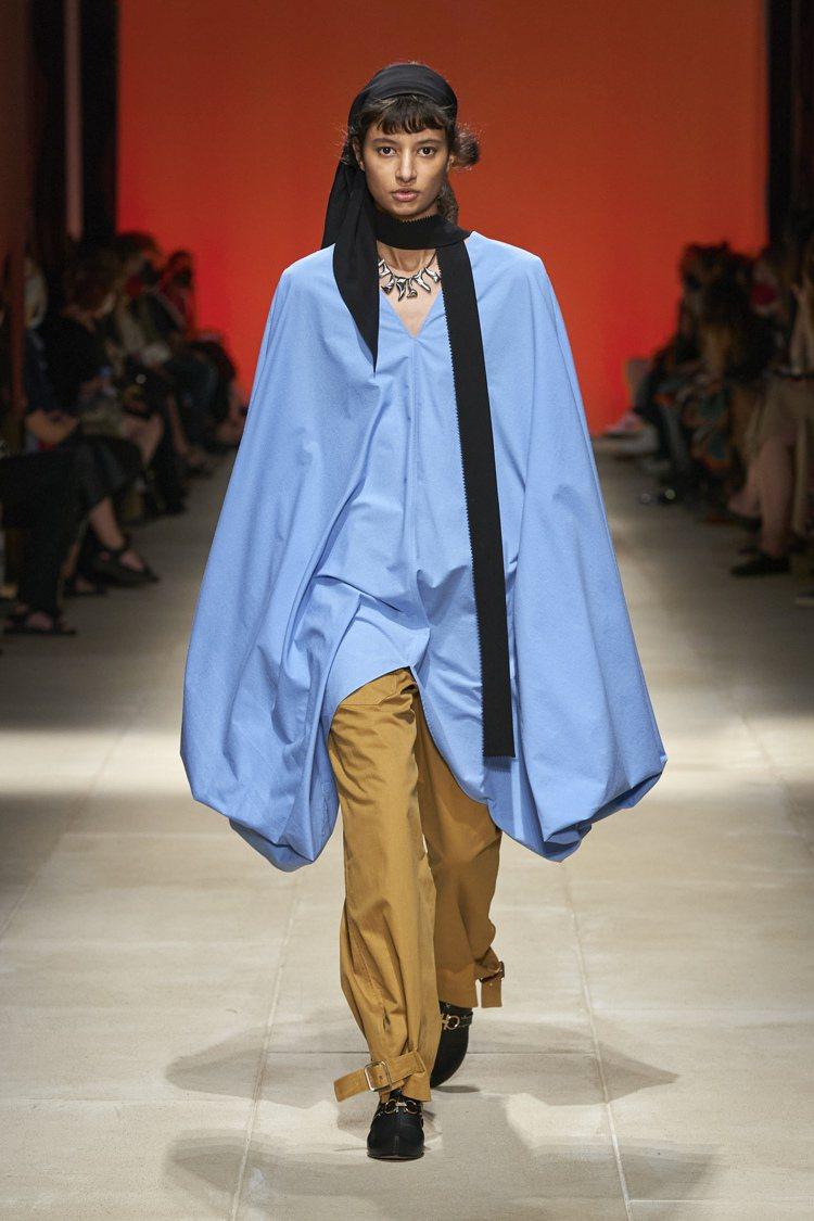模特兒們戴上深色頭帶更顯有型。圖/Salvatore Ferragamo提供