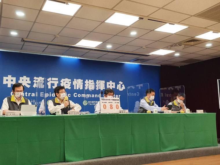 中央流行疫情指揮中心發言人莊人祥(由左至右)、疫情監測組組長周志浩、指揮官陳時中...