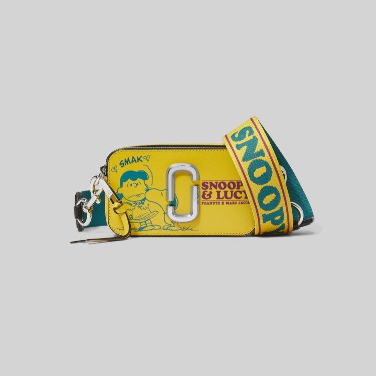 The peanuts陽光黃露西圖案Snapshot相機包,17,900元。圖/...