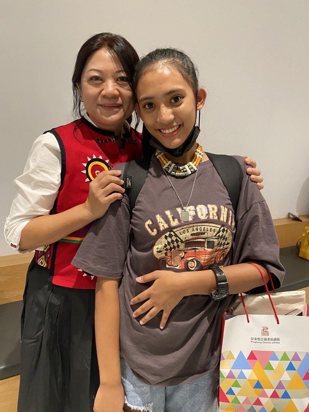 斯卡羅戲劇中族語指導華加婧(左)為讓演員們學習排灣族語,她將中文劇本轉譯排灣族語
