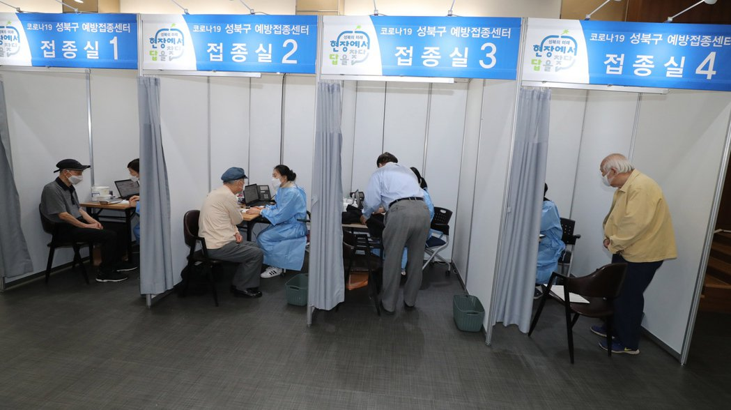南韓長者今年4月在首都首爾一座疫苗接種中心接種輝瑞疫苗。歐新社