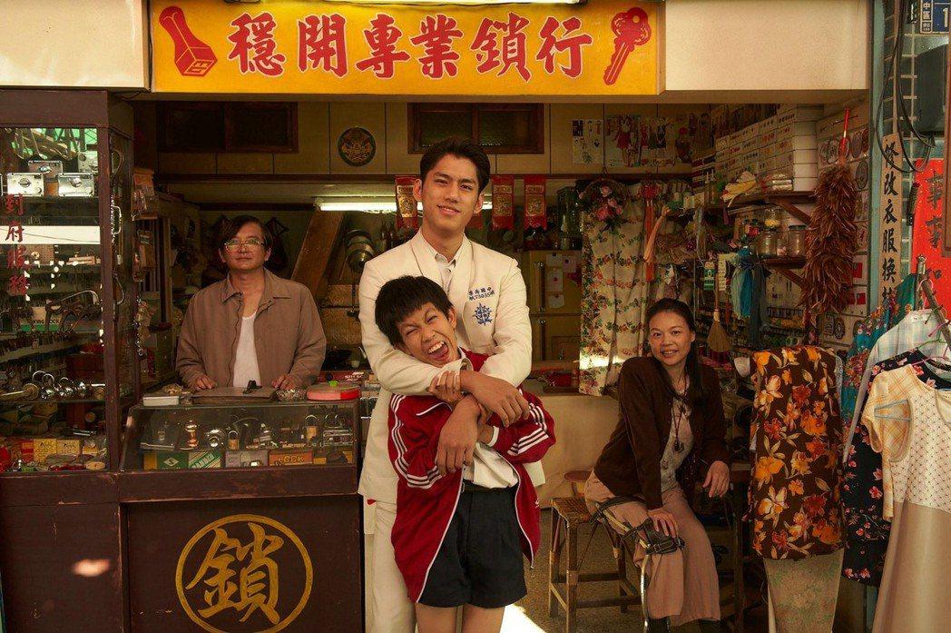 黃舒湄(右起)、朱軒洋、羅謙紹、溫吉興在「天橋上的魔術師」中扮演鎖匠一家人。圖/...