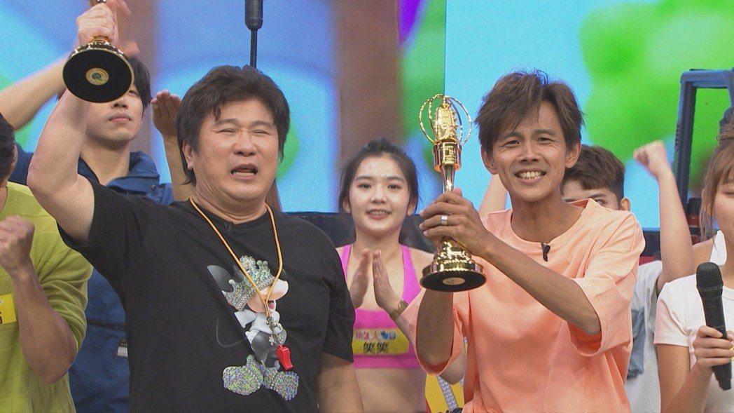 胡瓜(左)和阿翔盼今年能順利敲鐘。圖/民視提供