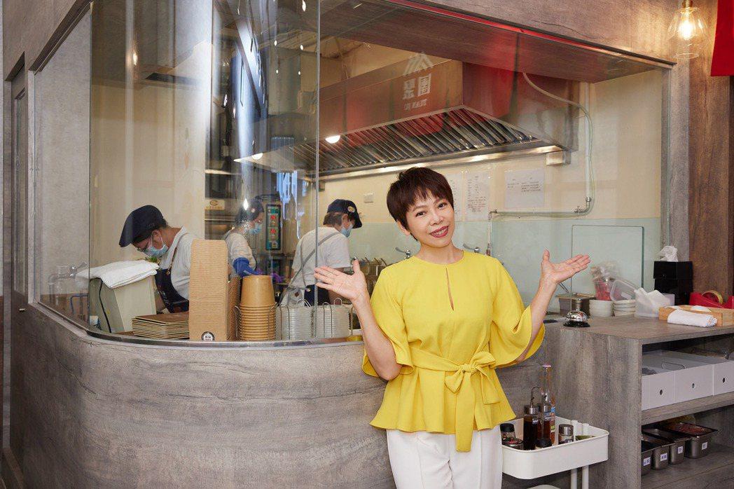 曾心梅特別設立透明廚房區,讓用餐的客人可以看到大廚們烹調餐點的過程。圖/團聚提供