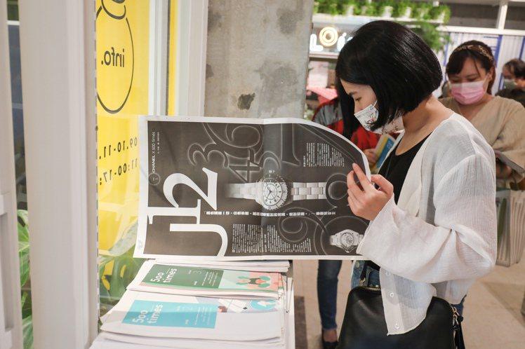 500輯的各期刊物,吸引參與者翻閱。記者沈昱嘉、李政龍/攝影