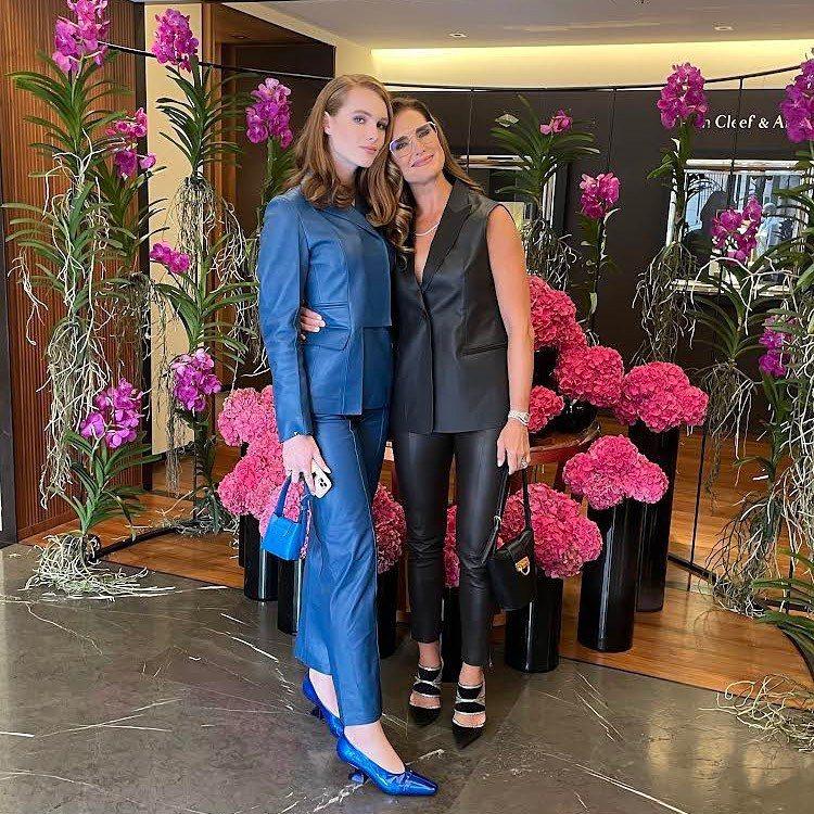 56歲的布魯克雪德絲(右)帶著15歲小女兒葛莉兒一起到米蘭看時尚精品秀。圖/摘自