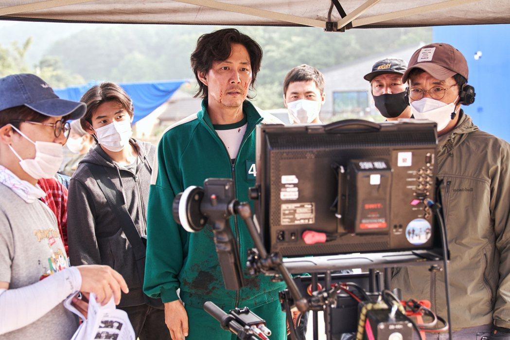 李政宰專心檢視拍攝畫面。圖/Netflix提供