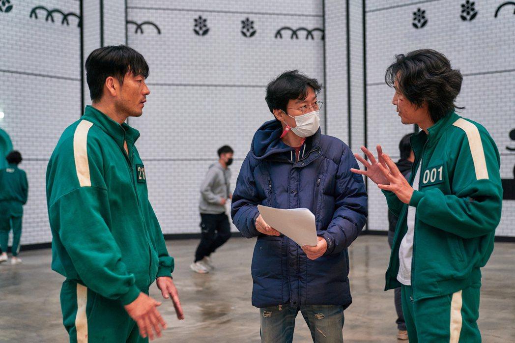 李政宰和朴海秀認真與導演討論細節。圖/Netflix提供